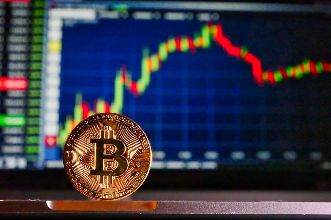 Une cryptomonnaie est une monnaie cryptographique émise de pair à pair. Elle n'a pas de support physique comme des billets ou des chèques.